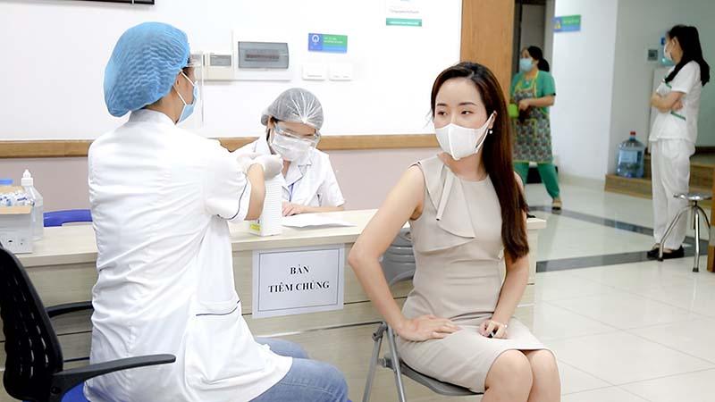 Người dân đến tim vacxin Covid-19 tại bệnh viện