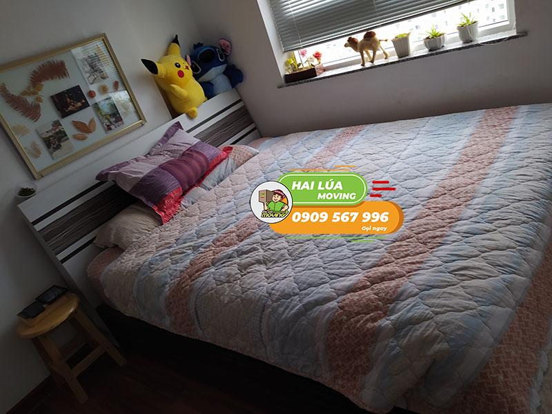 Giường-ngủ-đối-diện-cửa-sổ-02