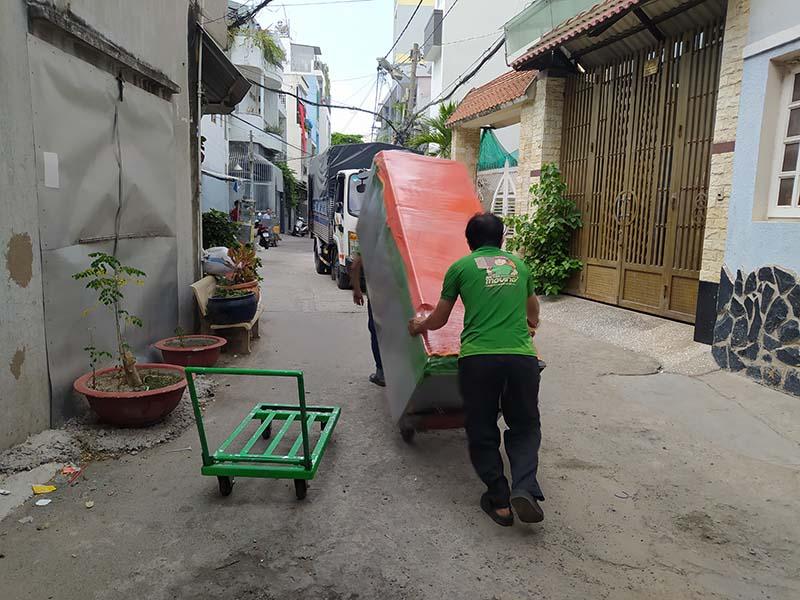 nhân viên Hailua moving chuyển đồ trong hẻm bằng xe đẩy