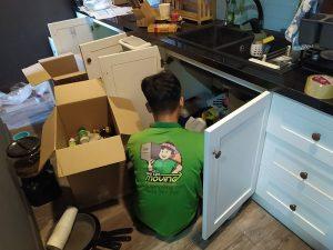 đồ bếp chuyển đi phải được xếp vào thùng gọn gàng