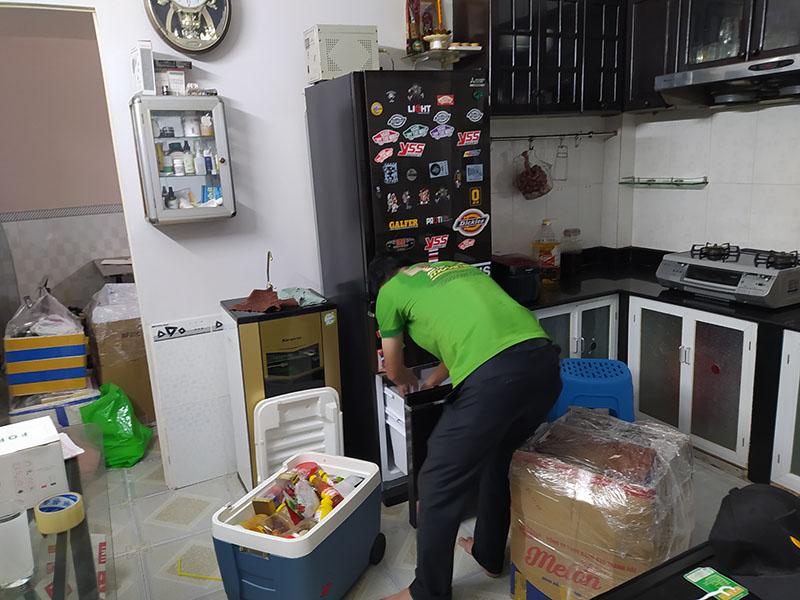 lấy hết thức ăn ra ngoài trước khi vận chuyển tủ lạnh
