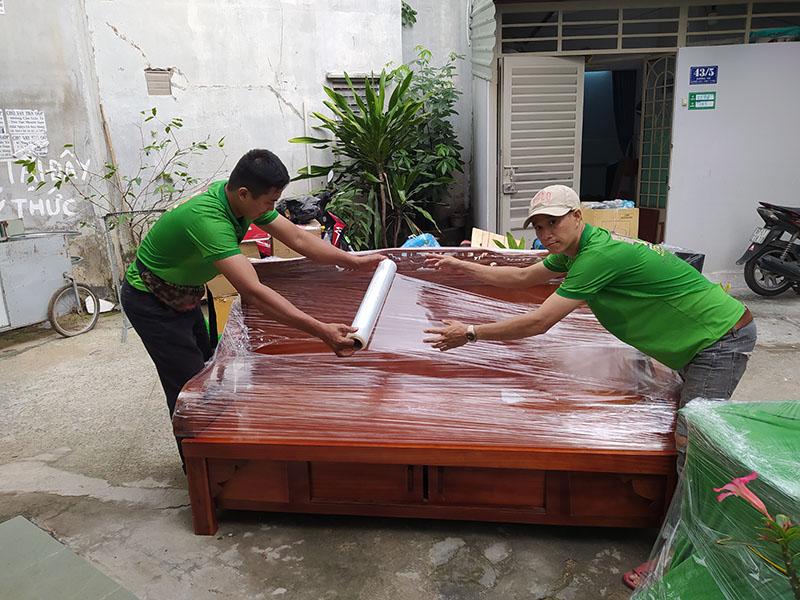 nhân viên Hailua Moving bao bọc cẩn thận trong lúc chuyển nhà
